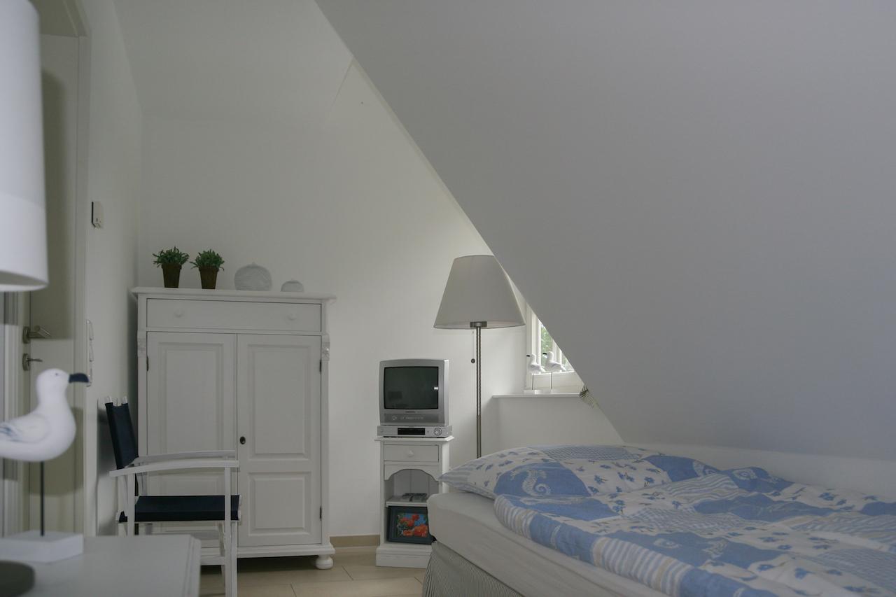 Kleines Schlafzimmer mit Meerblick