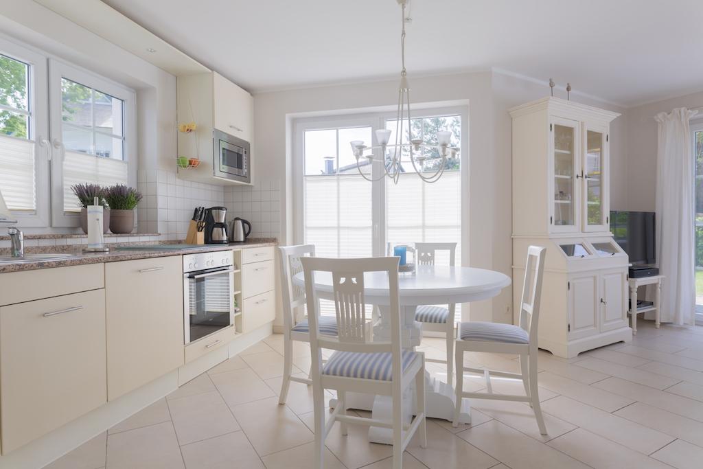 Die hell gestaltete offene Küche ist komplett ausgestattet und lässt kaum Wünsche offen.