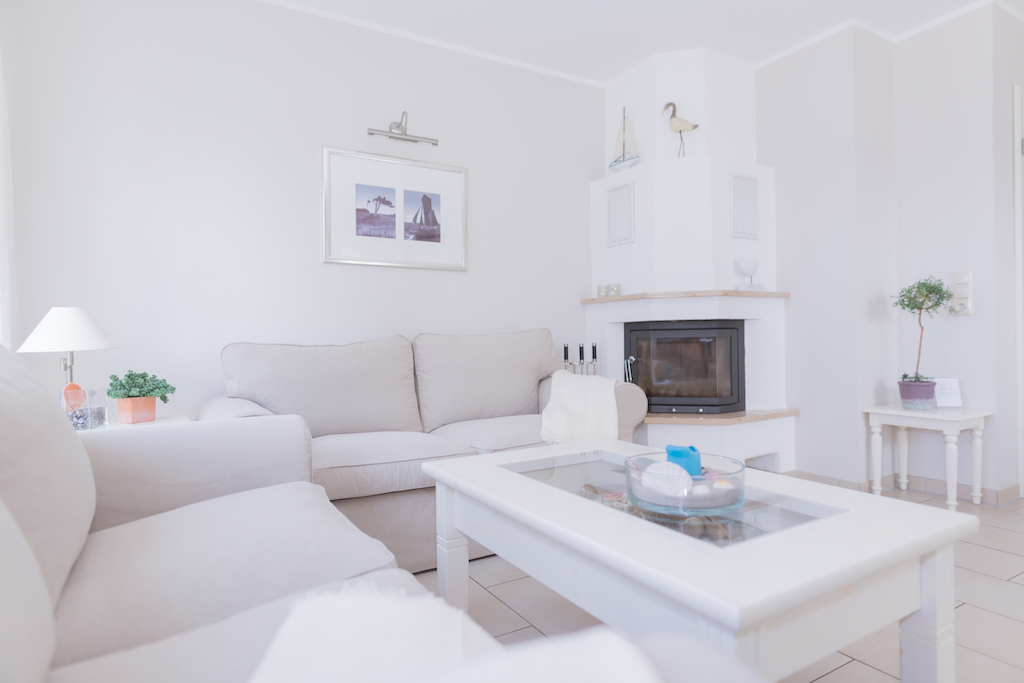 Das Wohnzimmer präsentiert sich mit gemütlicher Sitzecke. Auch in der kalten Jahreszeit ein gemütlicher Platz zum Wohlfühlen.